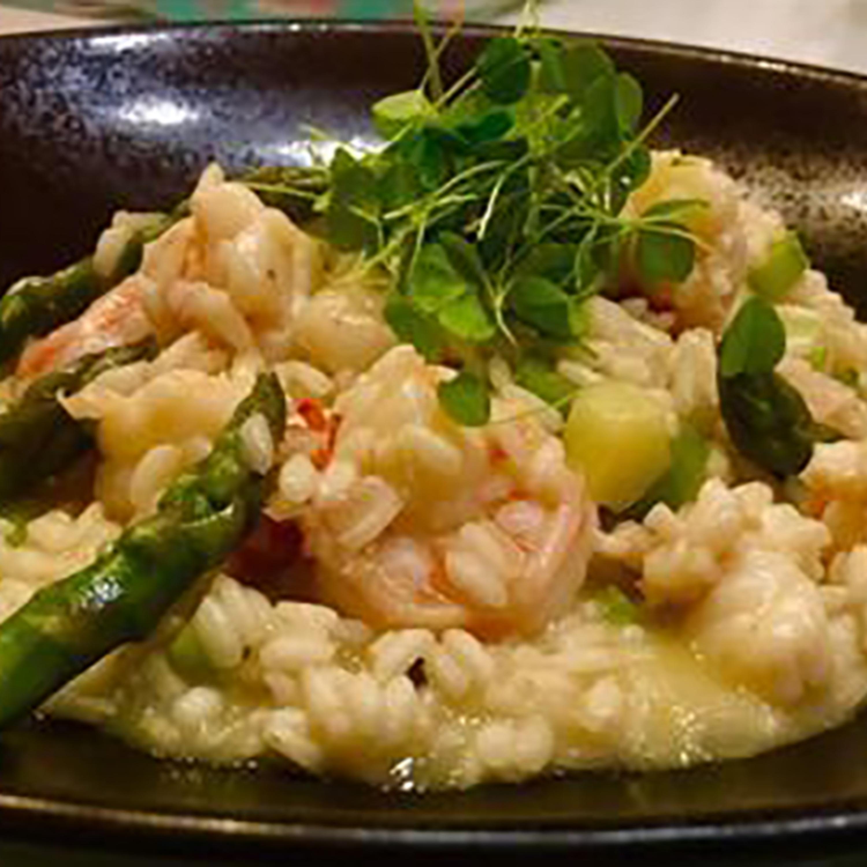 É o amor! Aprenda a preparar risoto de camarões, lagosta e aspargos