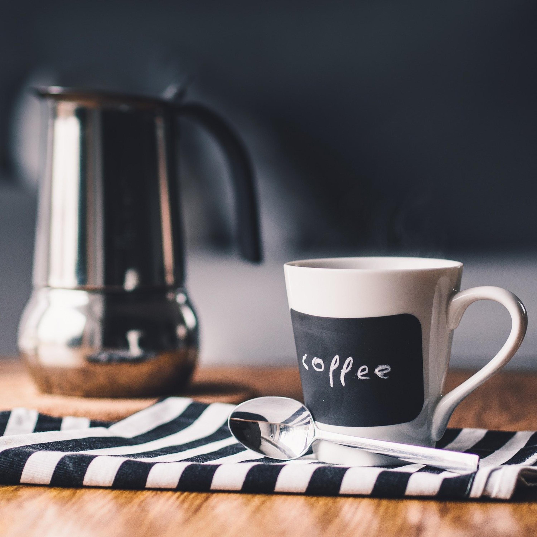 Para os amantes de café: aprenda a remover manchas da garrafa térmica