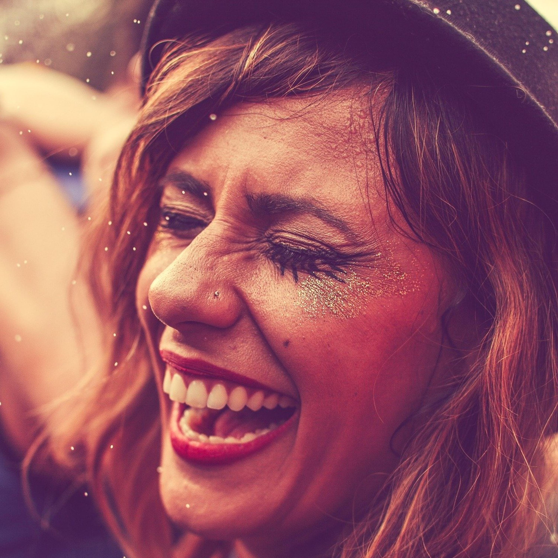 Aprenda a remover purpurina do corpo após a folia do carnaval