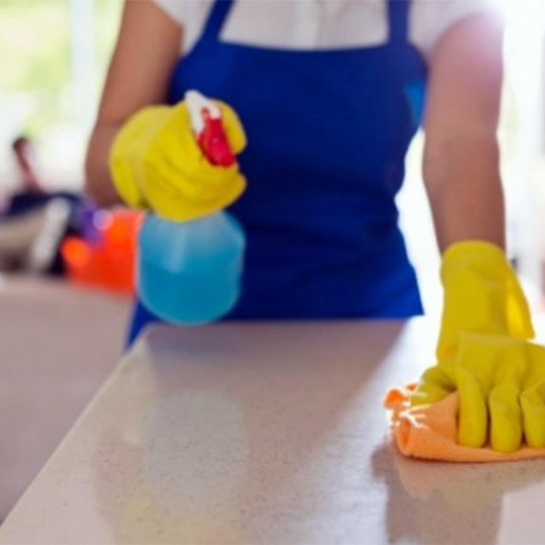 Xô, bactérias! Saiba como higienizar vassouras, esponjas e panos