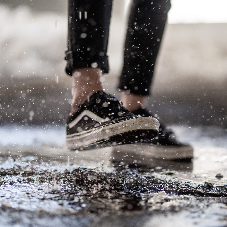 Saiba como salvar seus sapatos molhados após a chuva