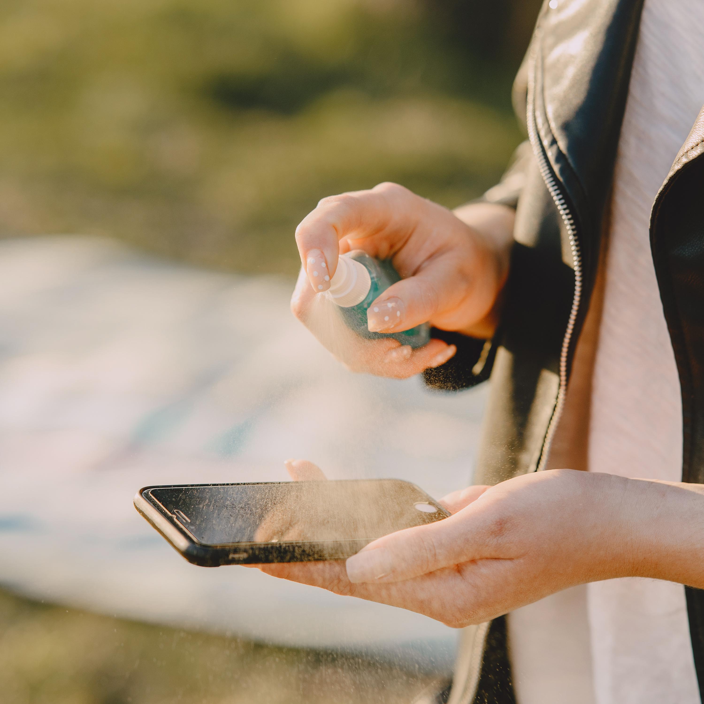 Como limpar as telas de celular, computador e televisão