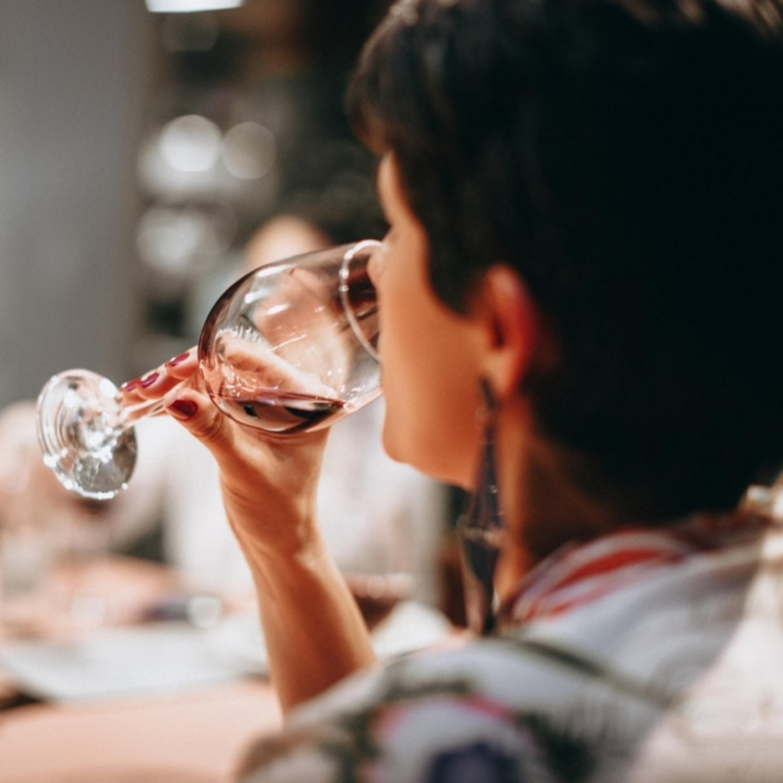 Tira-dúvidas: existe um jeito certo de segurar a taça de vinho?