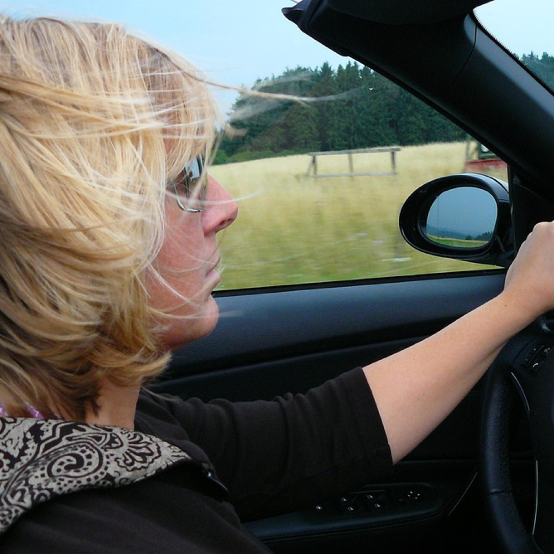 Mulheres são mais cuidadosas ao volante, aponta estudo