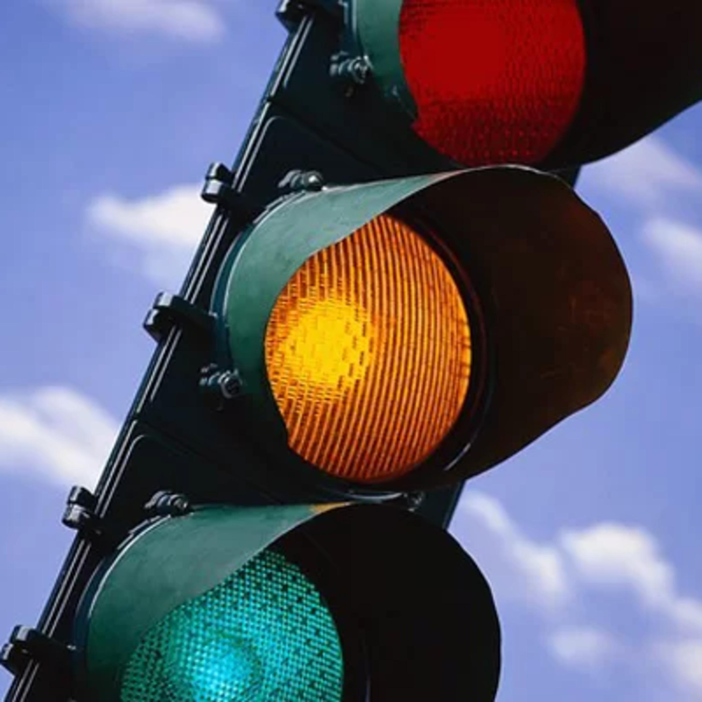 Semáforo com sinal amarelo piscante? Saiba as regras de preferência