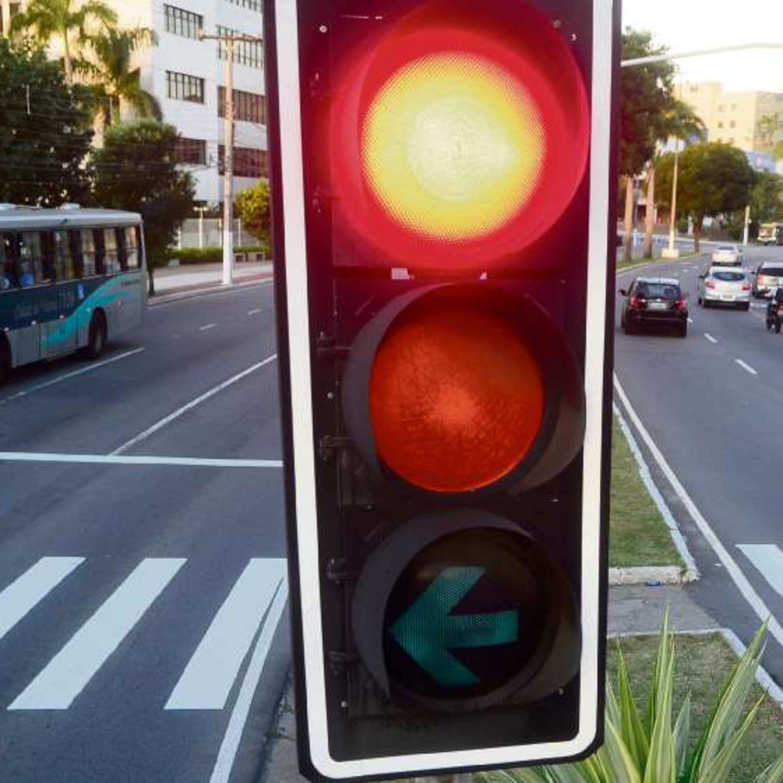 Entenda: nova lei de trânsito permite furar o sinal vermelho?