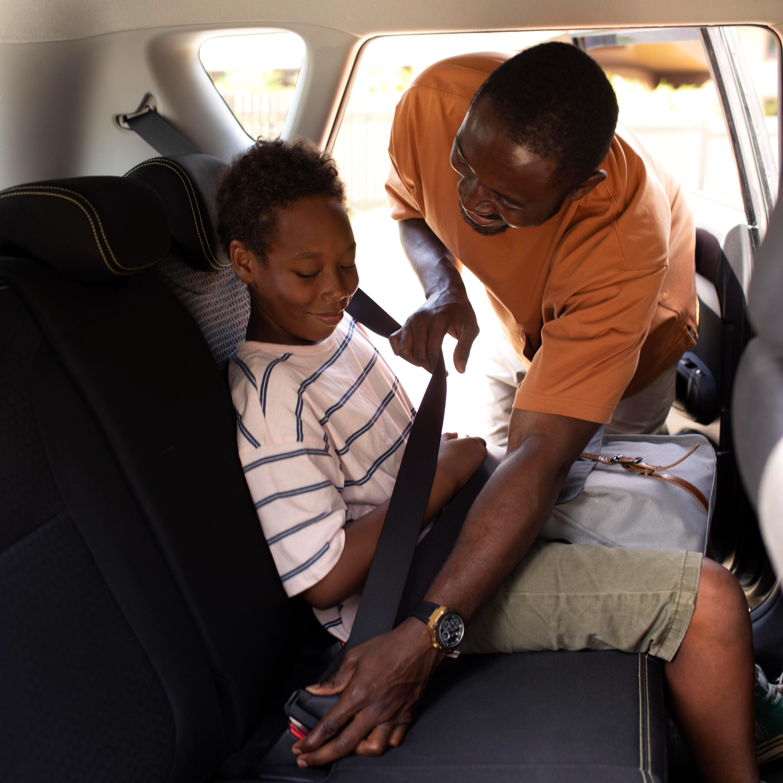 Como dirigir com atenção e segurança quando as crianças estão dentro no carro