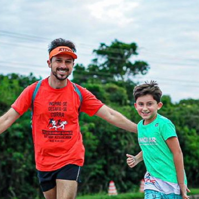 Pai corre com filho de nove anos para incentivar prática esportiva